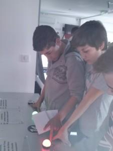 des élèves en train de tester leurs connaissances
